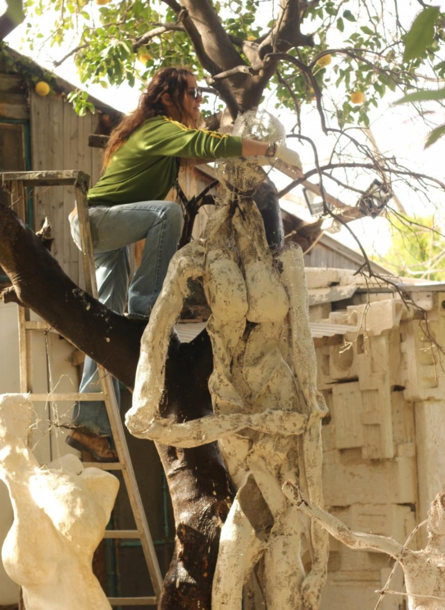 פיסול בבטון על גבי רשת מזכרת בתיה
